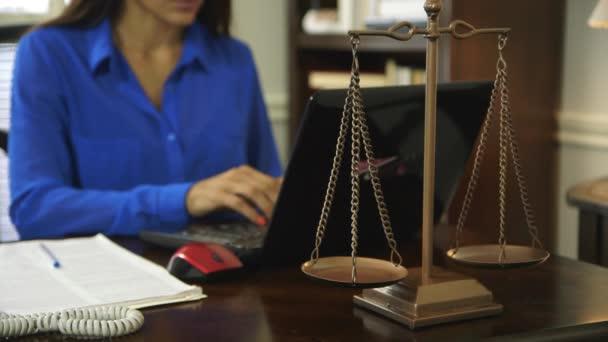 žena advokát pracovní zaměření na vahách spravedlnosti