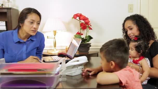 hispánské ženy mluví její klientovi