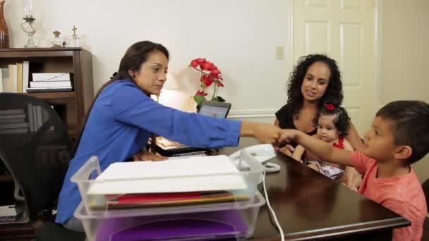 hispánský podnikatelka potřásl rukou s její klienty chlapeček