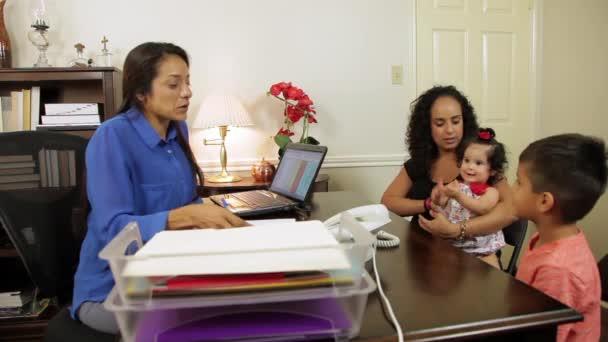 hispánský podnikatelka má její klient podepsat papíry