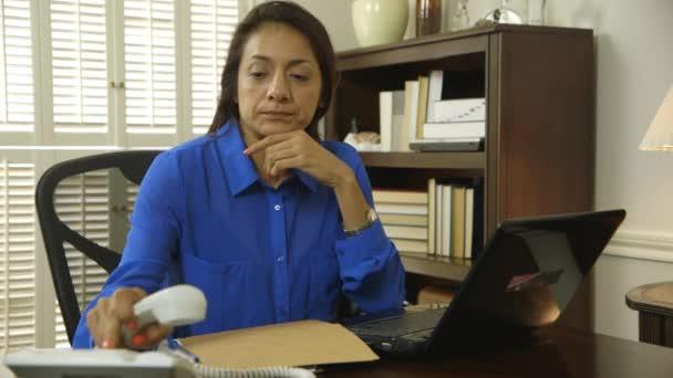 hispánský ceo na složce telefonu a bere od asistenta