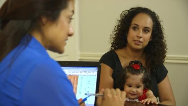 hispánský máma s úřednice se svými dětmi