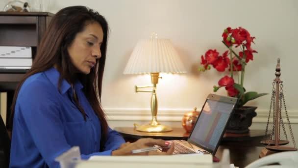 hispánský žena ceo práce v její kanceláři úsměvy na někoho