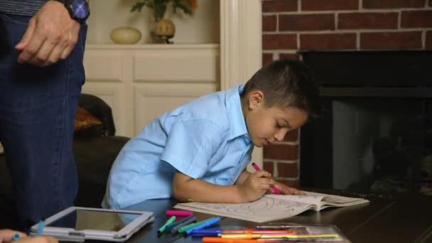 malý kluk baví zbarvení v knize