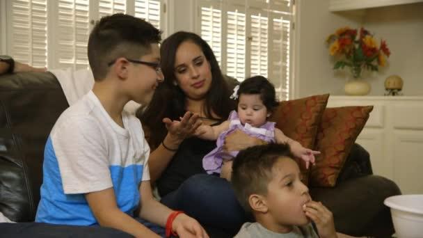 Mutter vor dem Fernseher mit Kindern