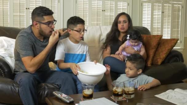 hispán család pattogatott kukoricát eszik, és tévénézés 4k