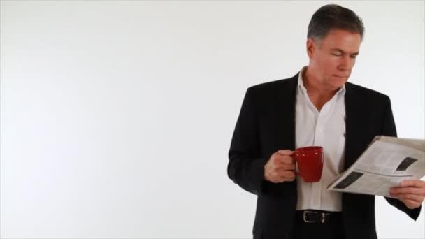 čtení novin obchodník s kávou