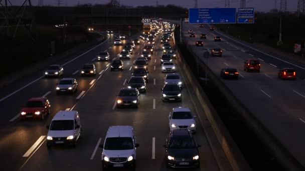 Policejní auto projede dopravní zácpě
