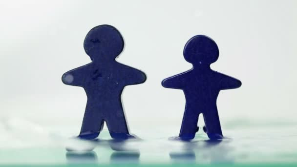 Spielzeug-Figuren in steigenden tidewater