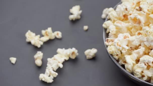 Popcorn in Großaufnahme in einer Schüssel. Von links nach rechts