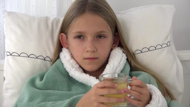 Krankes Kind, das Tee trinkt, krankes Kind im Bett, blondes Mädchen, das unter Erkältung leidet, Patient im Krankenhaus, medizinische Kinderbetreuung
