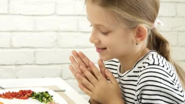Gyerek eszik reggelit a konyhában, gyermek eszik sült tojás, tinédzser lány élvezi a zöldségek, zöldség egészséges ételek