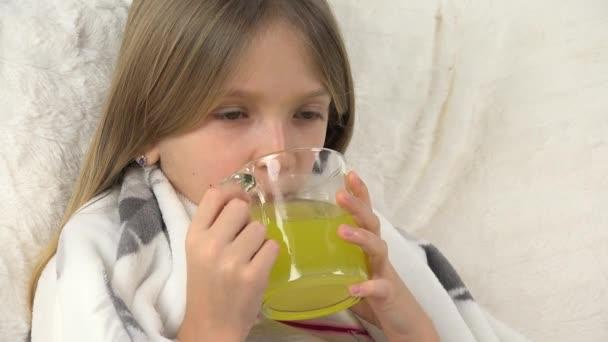 Krankes Kind im Bett, krankes Kind in Coronavirus-Pandemie isoliert, Mädchen im Krankenhaus, Pillen-Medizin, medizinische Versorgung