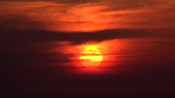 Dramatický západ slunce s mraky na obloze, oblačný zapadající soumrak, nadýchaný oblačný den, přírodní léto v soumraku