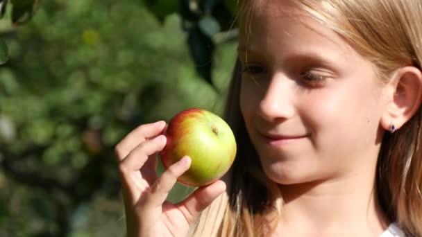 Kid jíst jablko, Dítě v sadu, Kid ochutnávka ovoce na stromě, Farmář Blondýny Mladá dívka na vesnici na venkově