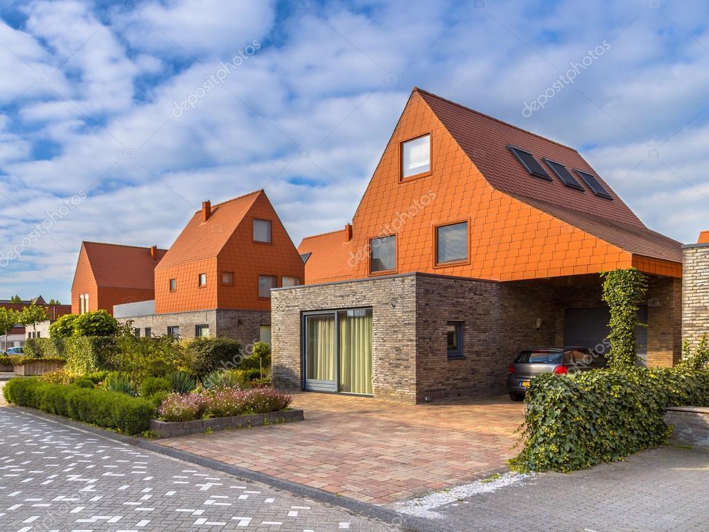 Moderner Architektur Häuser mit roten Dachziegeln — Redaktionelles ...