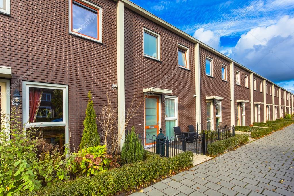 Moderne terras huizen u redactionele stockfoto creativenature