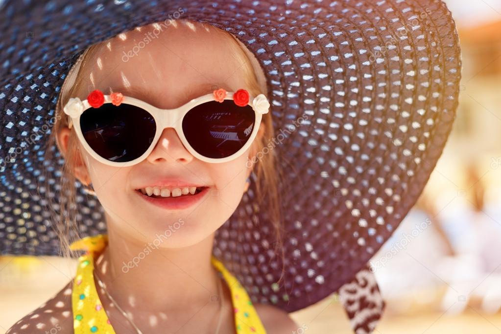Moda bambina indossa un cappello e occhiali da sole. concetto di vacanza di  estate — Foto di karpik-hoi bd2cd337e3bf