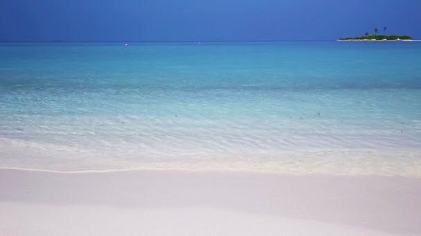 tropický ostrov s písčitou pláží