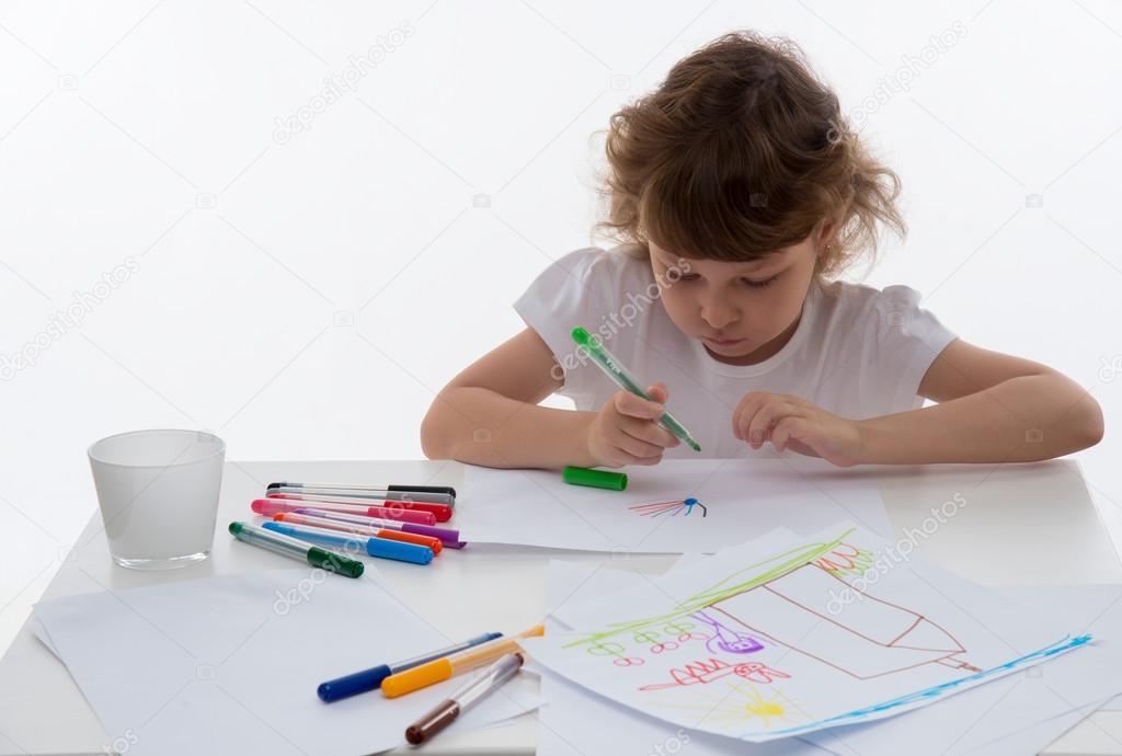 Bambina che disegna foto stock 999vk 65292299 for Disegna i piani domestici online