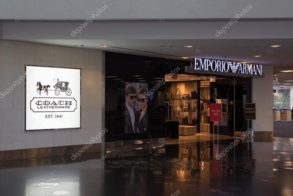 d9412833ca7ca Loja Emporio Armani no Aeroporto Internacional de Miami — Fotografia de  Stock