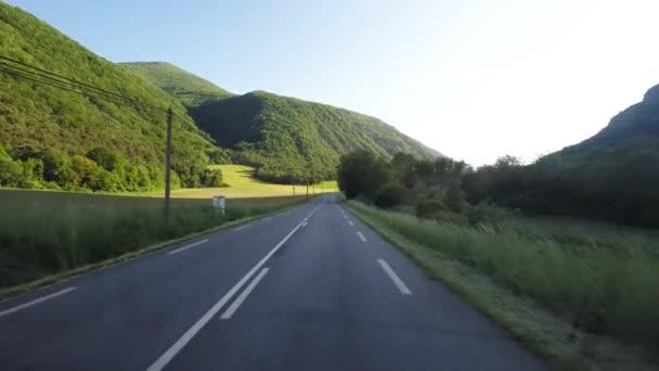 Obytné auto na silnici za denního světla při západu slunce. Hlediska video z připojené kamery auto. Malebná krajina v krajině Provence, Francie