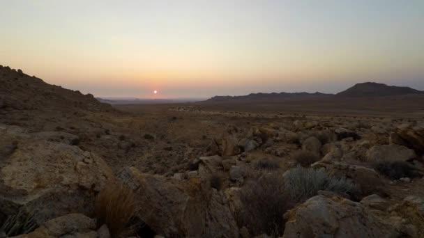 Barevný západ slunce nad pouště Namib, Aus, Namibie, Afrika. Jasná obloha, zářící skály a kopce, časosběrné video