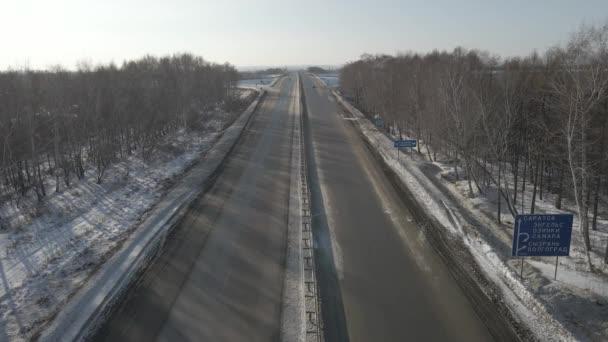 Légifotózás közúti csomópont mozgó autók télen egy napsütéses napon