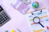 Kancelářské vybavení na pozadí stolu a koncepce podnikatelského plánu