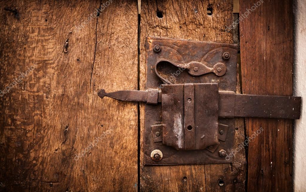 Cerraduras antiguas para puertas antigua cerradura de trulli de una puerta de madera de - Cerradura de puerta de madera ...
