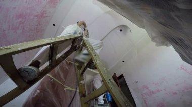 Bauarbeiter mit Vorschlaghammer in der Nähe von Wand — Stockvideo ...