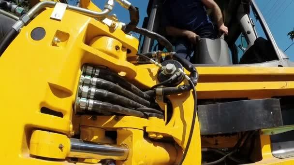 Pracovník provozuje těžkých strojů