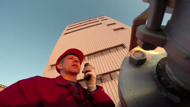 Industriearbeiter mit Kommunikation-Radio