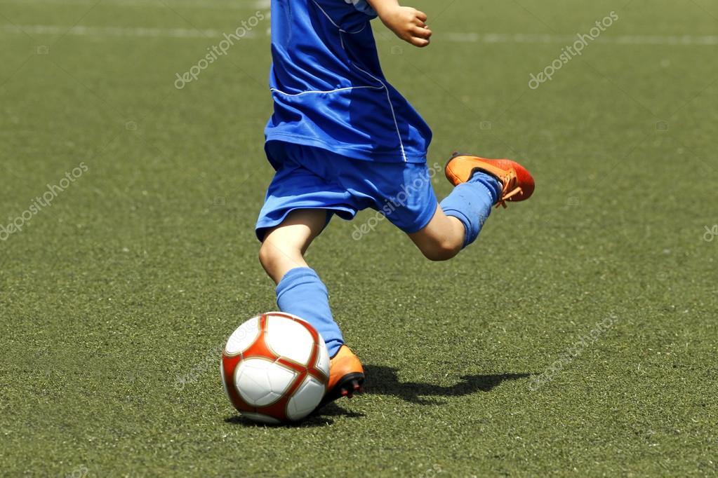Маленький хлопчик зйомки м яч під час матчу футбол — Фото від Maxisports.  Знайти схожі зображення 0fef1da50a392