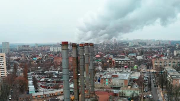 Rauchbelästigung durch eine Wärmestation in einem Industriegebiet der Stadt - Steigender Schuß