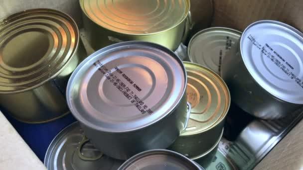 Karton mit einer Reihe von Produkten: Dosen in Metalldosen