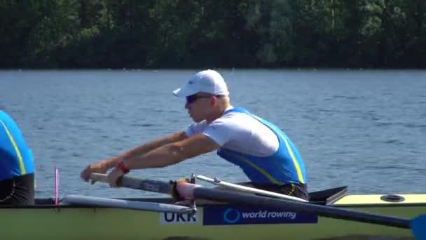 Sommertraining des Ruderteams. 8 Athleten rudern in einem Boot auf dem Fluss Dnipro. Stadtgebiet in Kiew, Ukraine