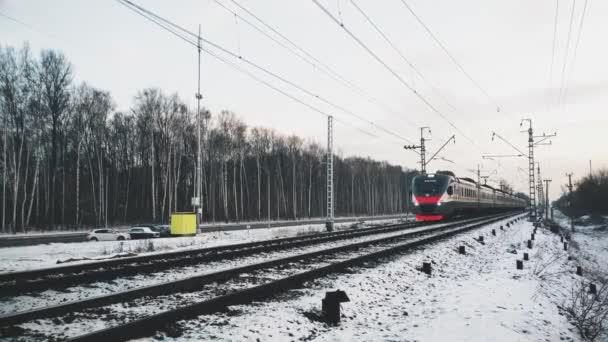 MOSKVA, RUSKO - prosinec 03-: Železniční nástupiště čeká na vlak v zimě. Editorial