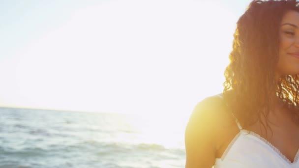 dívka se těší pláže na ostrově luxusní při západu slunce