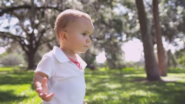 Kavkazská batole dítě chodit na trávě