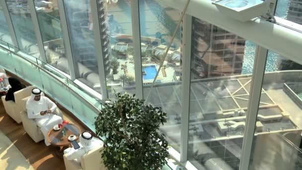 Gens d affaires arabe moderne bureau de dubaï u vidéo spotmatik