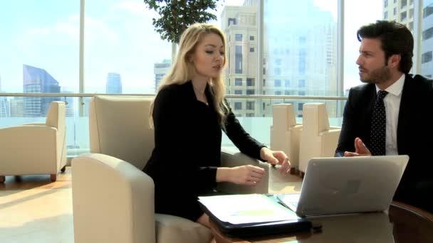 podnikatelé mají schůzku v budově úřadu