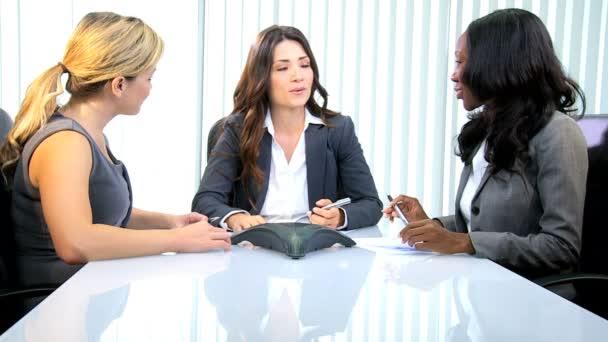 obchodnice s setkání v moderní zasedací místnosti