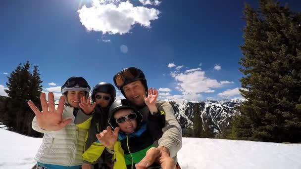 rodina s dětmi těší své zimní dovolené