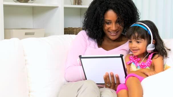 Mutter mit Tochter spielen auf drahtlose tablet