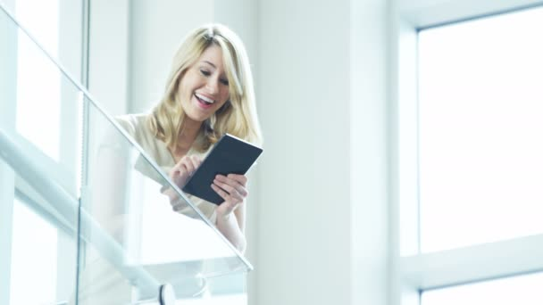 Podnikatelka, pomocí Tablet v kancelářská budova