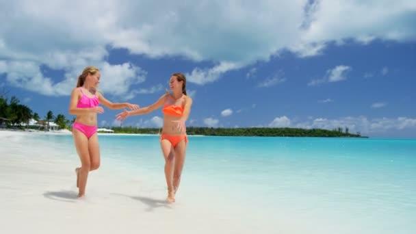 Kavkazská mladé dívky na pláži