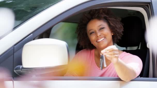 Africká americká dívka zobrazeno auto klíč