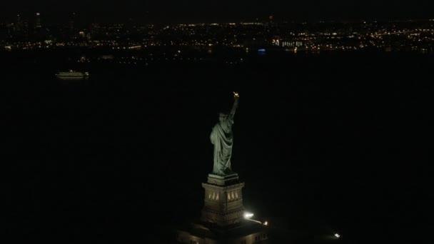 Socha svobody v noci v New Yorku