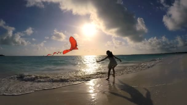 Asijská dívka hraje s červenými draka na pláži